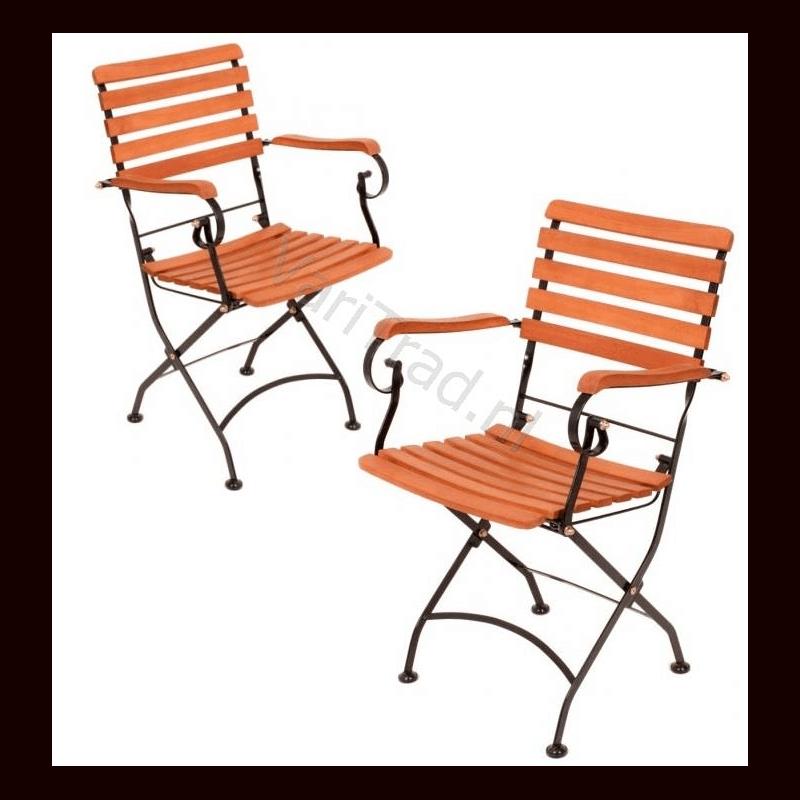 Twee Vouwstoelen met armleuning belegd met eucalyptus hardhout met metalen onderstel